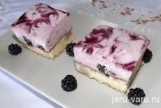 Бисквитное пирожное с кремом из маскарпоне и ежевики