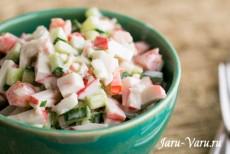 Крабовый салат с летними овощами и чесноком